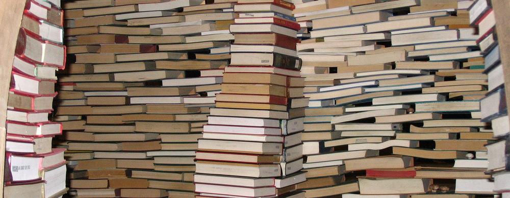 escrever um livro - pilha de livros - creative commons - proporcao 770x300px